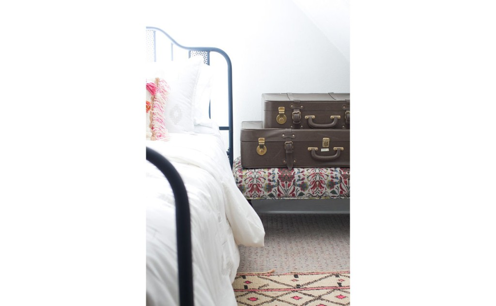 Viabella patterned bench as luggage rack next to bed
