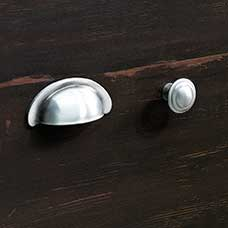 <a href='/Collections/Harbor-View/Antiqued-Paint.aspx?type=HP&index=2'>Country Antique Pewter Bin Pull and Round Knob Set</a>